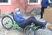 Michal Podolák, bývalý cyklista ACS Drak Vrbno, testuje novou tříkolku, kterou pro něj z veřejné sbírky pořídili jeho bývalí trenéři a učitelé ze SG Vrbno. Už si i zazávodil.
