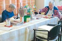 Klienti Domova pro seniory na Rooseveltově ulici v Krnově se pravidelně scházejí v průběhu dne ve společenských místnostech Zde si povídají, sledují společně televizi nebo se věnují ručním pracem.