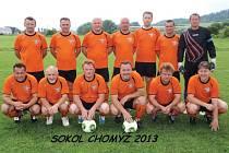 Pohár za vítězství na Slezských hrách 2013 v kopané seniorů získali domácí fotbalisté Sokola Chomýž.