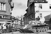 Tank polské armády v křižovatce u hotelu Hvězda v centru Bruntálu 21. srpna 1968.