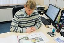 Zdeněk Žanda, ředitel hornobenešovské školy, nad plány dopravního hřiště, které má vyrůst pod budovou druhého stupně.