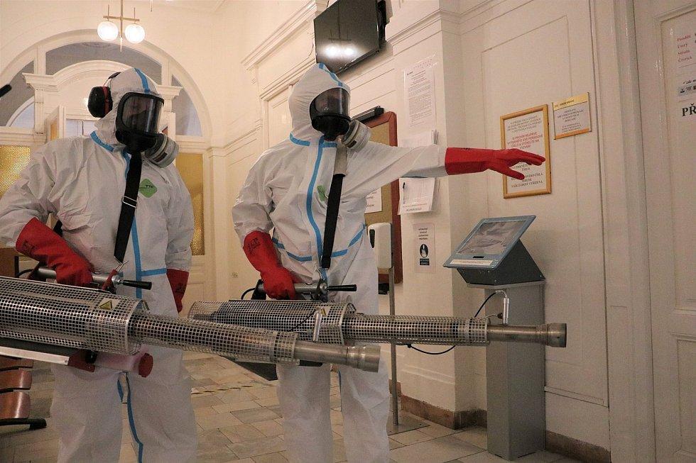 Na krnovské radnici profesionální hasiči zaškolili své kolegy z dobrovolné jednotky jak se provádí plošná dezinfekce pomocí dekontaminačního termogenerátoru.