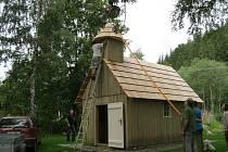 Stylovou stavbou jesenických hvozdů je znovu obnovená kaplička v Mnichově. Brzy přibude další i v Železné.