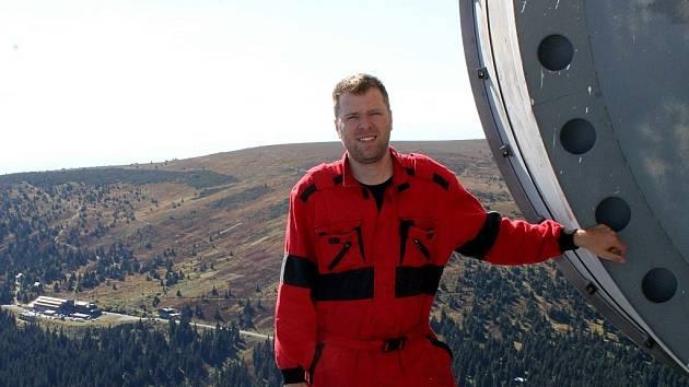 Nejen o paraboly se na vrcholu věže dlouhých sedmnáct let stará technik vysílacích služeb Českých Radiokomunikací Michal Kozák.