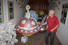 Na zámku v Linhartovech se shromažďují létající talíře a mimozemšťani, aby potěšili účastníky noční prohlídky.
