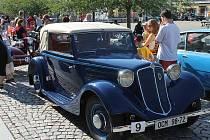 Bruntálské náměstí Míru obsadili šťastní majitelé nablýskaných automobilových veteránů a jejich obdivovatelé.