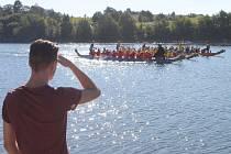 Na Slezské Hartě se uskutečnil závod dračích lodí.