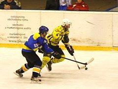 Krnovští hokejisté přetlačili soupeře ze Studénky a po prvním kontumačním vítězství mu doma nadělili sedm kousků. Na snímku uniká obránci Jan Kostovský (vpravo).