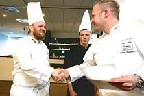 Kuchař Martin Staněk (vlevo) si na soutěži Bocuse d'Or potřásá rukou s prezidentem soutěže Markem Raditschem. Získal ocenění za nejlepší rybí pokrm.