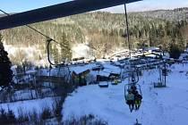 Z vleku na Myšáku je překrásný výhled do karlovského údolí. Lyžařskými areály se to v okolí jen hemží, a jde tak o ráj zimních turistů.