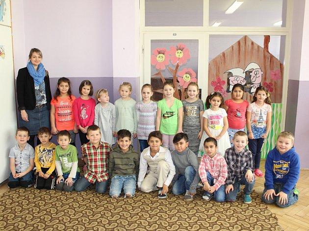 Prváčci z1 třídy Základní školy a Mateřské školy Osoblaha se svou třídní učitelkou Kateřinou Vergu.