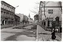 Pohled ve směru od Soukenické ulice směrem k náměstí Minoritů. V pozadí radnice na Hlavním náměstí.