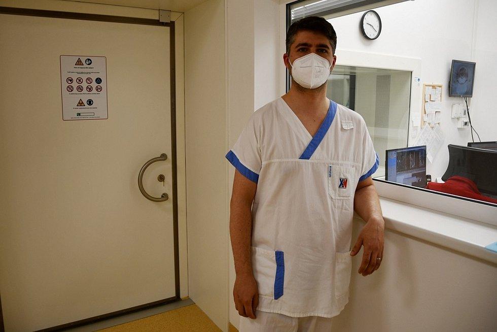 Radiologický asistent krnovské nemocnice Jan Migulski si jako první všiml zloděje. Při šarvátce v zázemí magnetické rezonance se pachatel na něj pokusil tasit nůž. Svou reakcí si vysloužil přezdívku Statečný Honza.
