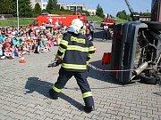Děti se svými učiteli nebo i rodiči navštívily krnovskou hasičskou zbrojnici, kde pro ně byla připravená technika, kterou hasiči používají při různých událostech a dopravních nehodách.