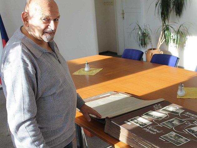 Josef Cepek při prohlídce třicetikilogramové poválečné kroniky města Bruntál, ukrývající více než dva tisíce dobových fotografií.