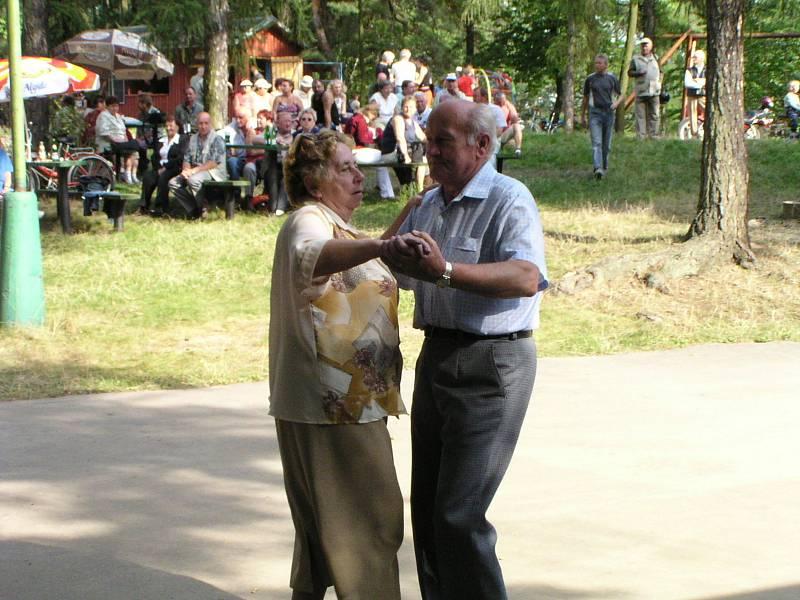 Přijďte v sobotu 11. září do Úvalna zažít tradiční sraz harmonikářů pod rozhlednou.