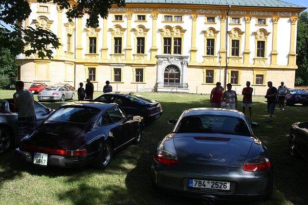 Na zámek Linhartovy se vydali příznivci Porsche Classic Clubu prohlédnout si sbírku autíček, která je zde vystavena. Nablýskaná auta Porsche nechali zaparkovaná před zámkem.