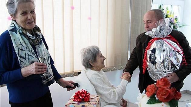 Edith Veselá na snímku přijímá gratulace ke svým stým narozeninám. Oslavy 103 let už měly  odlišnou podobu kvůli současným preventivním opatřením Domu dobré vůle Žáry.