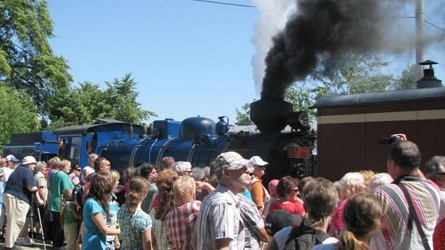 Parní vlak tažený modrou lokomotivou Malý Štokr vyrazil z Třemešné do Osoblahy poprvé na Den dráhy v sobotu 23. června. Nyní už se zde budou konat parní jízdy každou sobotu i neděli až do září.