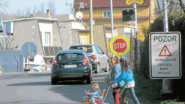 Chodci po zrušení chodníku, který vedl na cvilínské nádraží podél kolejí, si našli nejkratší cestu v těchto místech. Je opravdu bezpečné právě tudy přecházet Hlubčickou ulici? Odborníci to teprve budou zjišťovat.