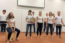 Krnovští studenti si pro druhý Koncert pro Ugandu připravili také africké rytmy, které nacvičili v rámci hudební výchovy.