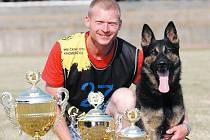 Libor Kostera se svým psem Benem na Mezinárodním mistrovství Českého klubu německého ovčáka v Kroměříži.