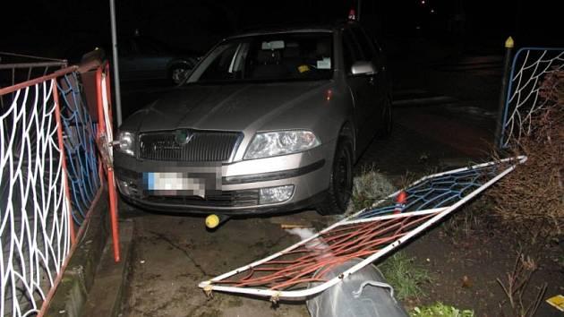 Zničený plot u rodinného domu se nachází poblíž křižovatky ulic Zahradní a Husovy v Bruntále. Nehodě předcházela neopatrná jízda Škody Fabie.