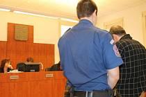Závěrečná řeč obžalovaného Pavla M. bruntálský soudní senát Jany Janečkové zcela nepřesvědčila. Odcházel v doprovodu eskorty se čtyřletým trestem.