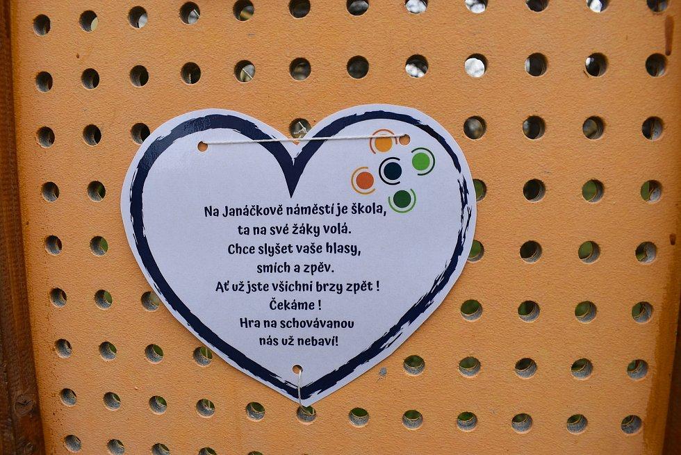 Učitelé krnovské školy napsali žákům na plot vzkazy, jak moc se jim po nich stýskalo.