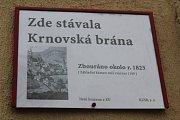 Tady v těchto místech se v historii vstupovalo branou za hradby města Bruntálu. V historii zbořené městské brány nyní připomínají v Bruntále informační cedule. V základech jedné brány byl nalezen kámen s vročením 1109, tedy ještě o sto let dříve, než byl