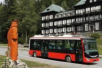 Historicky první autobus na elektrický pohon se projel Karlovou Studánkou vloni v srpnu.