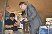 Popřát vítězům přišel bruntálský starosta Petr Rys. Na snímku předává cenu vítězce Hele Nejedlé z Krnova.