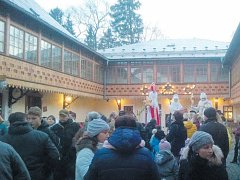 Zámeckým nádvořím prošla během dne přibližně tisícovka návštěvníků. Dlouhonozí andělé v čele s Mikulášem mezi hosty procházeli a rozdávali sladkosti.