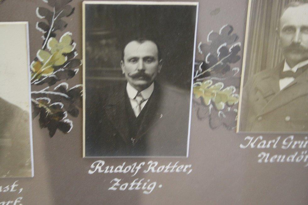 Starosta Zottigu Rudolf  Rotter. Zottig neboli Sádek býval samostatnou obcí. Dnes patří pod Dívčí Hrad.