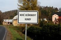 Dopravní značka informuje řidiče, že osada Kunov po čtyřiceti letech definitivně opustila vzdálený Bruntál, a vrátila se pod sousední Nové Heřminovy.