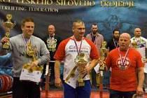 Zlatohorský powerlifter Milan Greguš (uprostřed).