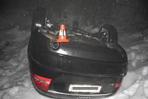 Levotočivou zatáčku nezvládl řidič, který havaroval v brzkém pátečním ránu 23. října.