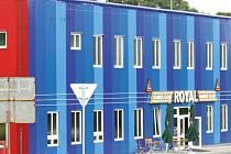 Herna Games club Royal platí za celou celnici a okolní pozemky  nájem 11,5 tisíce měsíčně. Soudy rozhodují o platnosti, či neplatnosti podivné nájemní smlouvy mezi Vysokou a provozovatelem herny Michalem Satkem.