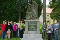 Zástupci dvou jednot Československé obce legionářské jednoty Bruntál a jednoty Opava uctili památku šesti zavražděných příslušníků četnické stanice v Liptani a položili kytice k místnímu pomníku, který připomíná tragédii, která se odehrála před 76 lety.