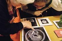 Paličkovaná krajka se vrací na Osoblažsko také díky nadšencům, kteří uspořádali ve Slezských Rudulticích výstavu a Letní školu poaličkování.