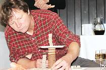 Petr Nikl skládá své dílo ze sušenek a oplatků.