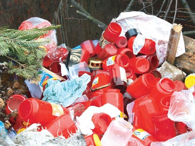 Krnovský hřbitov má kontejner plný plastových obalů od svíček, věnců z pravých i umělých květin i zahradnického odpadu z údržby zeleně. Podle krnovského odboru životního prostředí nemá smysl takový odpad třídit a recyklovat.