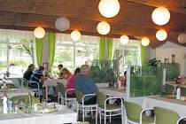 Restaurace v krnovském hotelu Praha má novou tvář. Nejde jen o interiér v zeleno bílé kombinaci, ale také nápaditý jídelní lístek. Meníčko za 75 korun, zdravá výživa, sezonní suroviny, ale i česká klasika.