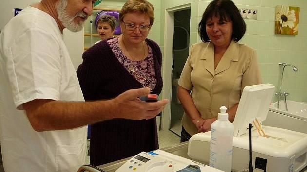 Primář porodnicko-gynekologického oddělení krnovské nemocnice Otto Vančo vysvětluje místostarostce Aleně Krušinové a starostce Renatě Ramazanové fungování kardiotokografu s telemetrií.