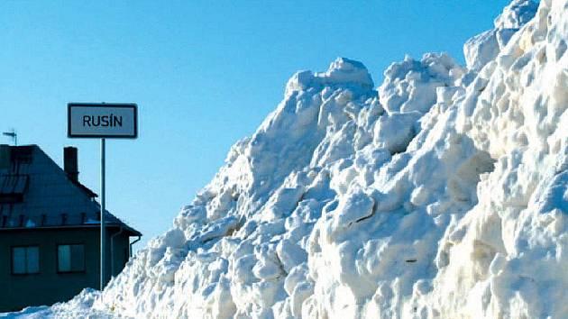 NEPROJEDETE. Oblíbená zkratka vedoucí z Krnova přes Polsko do Bohušova je nyní kvůli sněhu neprůjezdná.