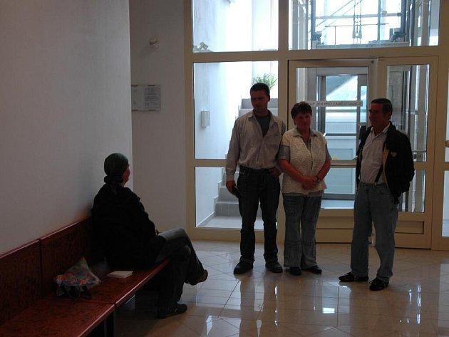 Smutní nájemníci u soudu.