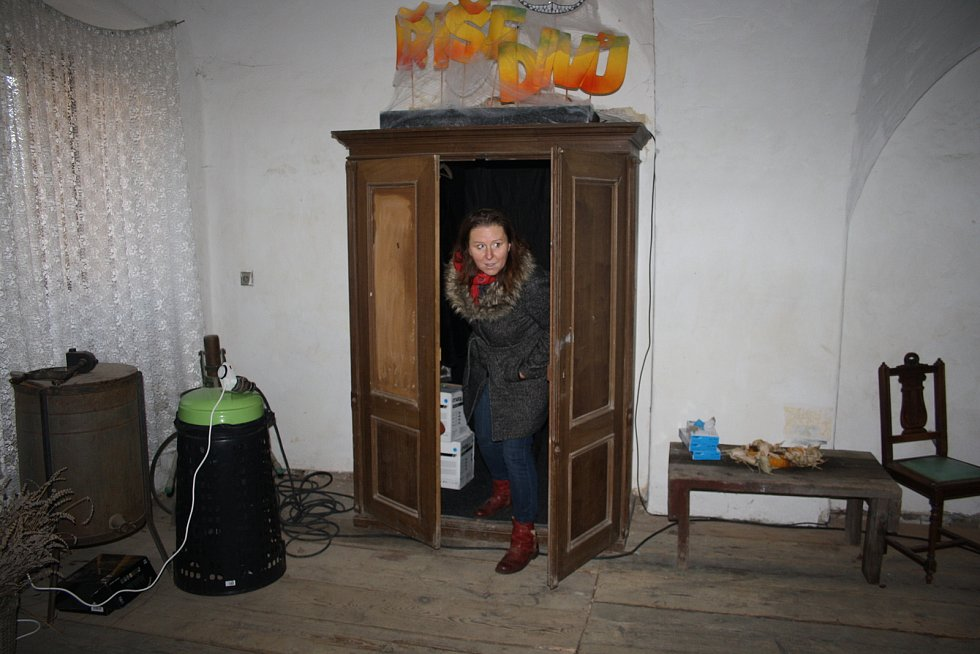 Skříň na rychtě v Úvalně není obyčejná. Když do ní vstoupíte, zatočí se vám hlava z podivuhodné zrcadlové říše.
