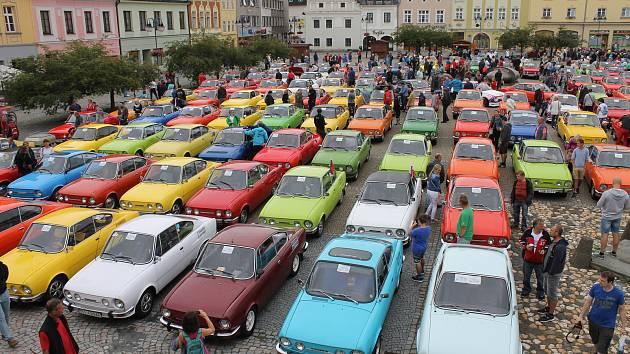 Náměstí Míru v Bruntále se zcela zaplnilo automobily Škoda 110R Coupé.