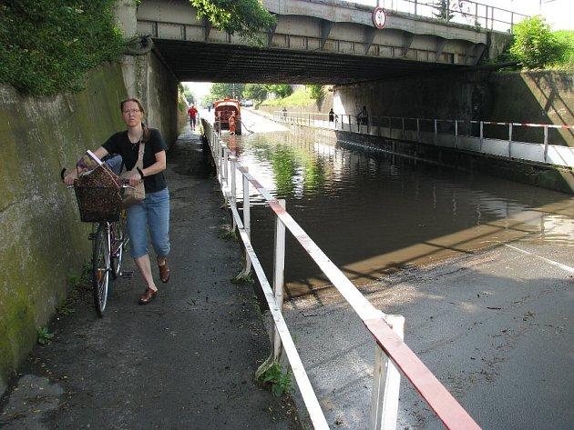 Pod vodou se rovněž ocitla část Albrechtické ulice v Krnově vedoucí pod železničním mostem. Vodu museli odčerpat hasiči.