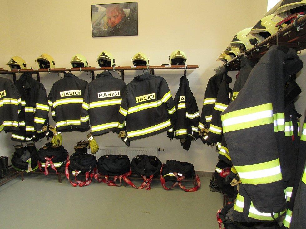 Novou hasičskou zbrojnici ve čtvrtek slavnostně otevřeli ve Vrbně pod Pradědem. Foto: Alena Kiedroňová